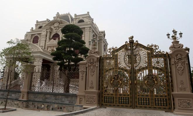 Thi công cổng nhôm đúc cho cổng biệt thự lâu đài