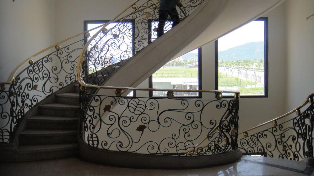Cầu thang tay vịn đồng tại Khách sạn Holiday Beach, bãi Mỹ Khê - Đà Nẵng