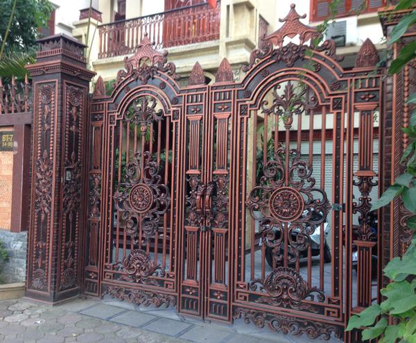 Cổng đúc mạ vàng trăm triệu làm sang cho biệt thự nhà giàu